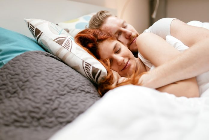 Dormir avec un chien est-il une bonne solution